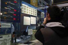 En la administración de lotería situada en la Estación de Atocha (Madrid) se ha vendido íntegramente uno de los quintos premios de la Lotería de Navidad, el número 46.984. Ha repartido entre trabajadores y viajeros alrededor de 14 millones de euros. Ver más: http://www.rtve.es/loteria