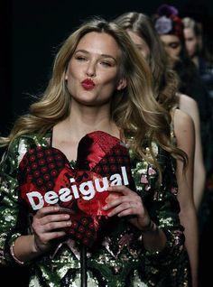 A modelo israelense Bar Refaeli, no desfile da marca Desigual para a 080 Barcelona Fashion, a Semana de Moda da Catalunha, que acontece até o dia 31 de janeiro - http://glo.bo/XPFTAg (Foto: EFE/Albert Olivé )