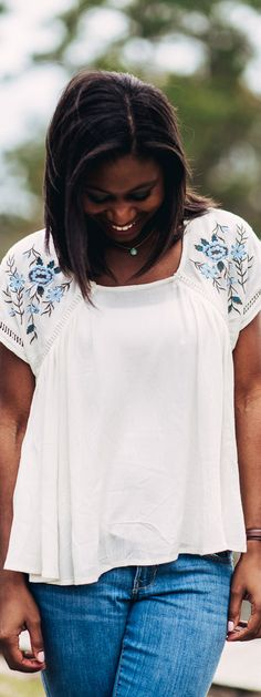 Embroidered floral sleeve flowy top from Francesca's #francescas sidelinesocialite.com