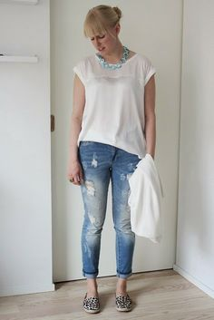 White shirt and distressed jeans outfit with turquoise and leo details / Kotisaari