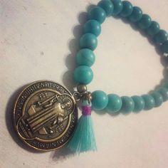 Pulsera turquesina con medalla San Benito
