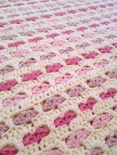 Her kommer et heklet babyteppe med hjertemønster. Syns dette mønsteret var så fint at jeg måtte så og si starte med en gang jeg så det. Det ... Crochet Home, Cute Crochet, Beautiful Crochet, Knit Crochet, Crochet Heart Blanket, Crochet Blanket Patterns, Crochet Stitches, Crochet Blankets, Caron Yarn