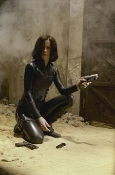 Underworld Photo Kate Beckinsale Kneeling Holding One Gun Another Gun on Ground kn for Like the Underworld Photo Kate Beckinsale Kneeling Holding One Gun Another Gun on Ground kn? Underworld Selene, Underworld Movies, Underworld Costume, Underworld Kate Beckinsale, Mode Latex, Actrices Sexy, English Actresses, Vampire Academy, Catsuit