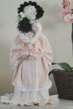 """Produzida artesanalmente a boneca  Bruna  foi inspirada na boneca """" Jane """" da  linha """"Bonecas Românticas"""" de Millyta  Vergara.   Bruna é encantadora e ótima opção pra presentear pessoas especiais.  Confeccionada em tecido 100 % algodão esta é uma boneca decorativa com base rígida que a mantem em pé. Confeccionada em tecido 100 % algodão e recheada com algodão siliconado, esta é uma boneca decorativa com base rígida que a mantem em pé."""