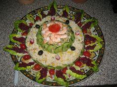 Un étage de salade riz avec thon au citron, tomates séchées, maïs et persil frais. Le deuxième étage est composé de macédoine de légumes et vinaigrette. Le tout orné de rondelles de concombres fines.