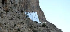 Το μοναστήρι όπως φαίνεται σαν μια λευκή κουκκίδα ανάμεσα στους βράχους.