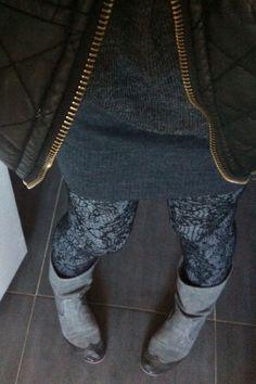 Petite robe en laine grise / caleçon gris marbré recouvert d'un collant en dentelle noire / veste effet cuir et botte ultra féminine grise ..