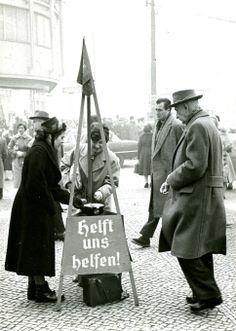 Weihnachtliche Spendensammlung der Heilsarmee in Berlin , Tauentzienstr. im Jahr 1959 #redkettle
