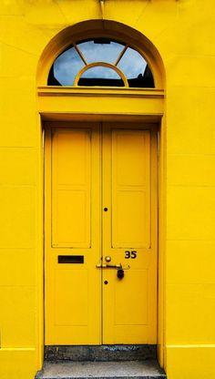 Porta e fachada amarela.