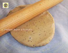 Pasta frolla alle olive nere e capperi, si presta alle più svariate preparazioni salate ed è veloce da preparare. Ottima per tartellette, crostate salate.
