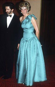 Diana, princesse et icône mode Octobre 1985. Diana, en voyage officiel en Australie, fait sensation avec ce diadème en émeraudes et diamants, qui est en fait un tour de cou. Ce collier est un cadeau de mariage de la reine Elizabeth, qui l'avait sans doute imaginé porté d'une manière plus conventionnelle…