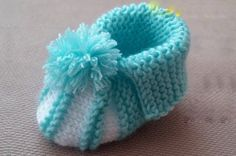 Knit baby booties are the cutest things! These knit baby booties will look adorable on your newborn niece and nephews, or any sweet child in your life! Baby Booties Knitting Pattern, Booties Crochet, Crochet Baby Booties, Crochet Beanie Hat, Baby Knitting, Crochet Hats, Crochet Cord, Crochet Girls, Baby Sweaters