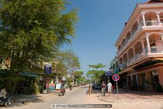 Google Afbeeldingen resultaat voor http://www.molon.de/galleries/Cambodia/SiemReap/images01/10%2520Downtown%2520Siem%2520Reap.jpg