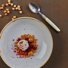 Syrliga lingon med nötig glass och crumble – kanske den perfekta kombon på glass! Servera på ett tjusigt fat för extra wow-effekt. Dulche de lechen går att förbereda i förväg och har man bråttom går det bra att smaksätta färdig kolasås med ingefära istället.