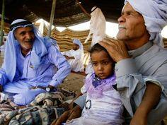 Tribo de Beduinos Os membros de uma tribo de beduínos se reúnem debaixo de uma barraca na Península do Sinai do Egito. Os pastores do deserto formam mais da metade da população do Sinai 360 mil ou mais, mas os egípcios do continente estão muitas vezes em desacordo com as tribos que habitam deserto que vagavam historicamente vastos territórios. foto de Matt Moyer