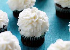 how to pipe a tall fluffy buttercream flower ~ http://iambaker.net