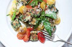 Ricottové knedlíčky se špenátem | Apetitonline.cz Ricotta, Salsa, Meat, Chicken, Food, Beef, Meal, Salsa Music, Restaurant Salsa