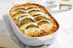 Een heerlijk hartverwarmende ovenschotel, met aubergines, mozzarella en tomatensaus. Ideaal als vegetarisch voorgerecht of bijgerecht.
