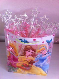Tas met prinsessentraktaties.In een kleurplaat rol je een kabelspekje, een potlood, een toverstaf enz. in doorzichtig folie, strik erom en klaar.