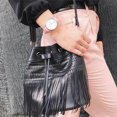 Élégante, féminine et intemporelle, la montre Swan Amore séduit avec son design épuré. À la fois vintage et moderne, elle est irrésistible avec son magnifique bracelet rose pastel. Possibilité de choisir son boîtier couleur or rose ou argent.