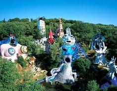 Tarot garden by Niki de Saint Phalle (bien se ve la inspiración que tuvo en la obra de Gaudí)