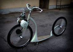 Der erste Prototyp einesVélosolex entstand 1940. Bis zum Jahr 2002 wurden über sechs Millionen des simplen Mofas produziert. Angetrieben wurde das kleine Zweirad immer von einem an der Vordergabel…