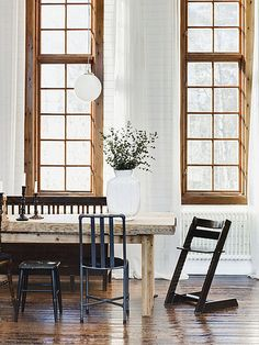 Rustic table with mismatched chairs and gorgeous window moldings and design interior design Decoration Inspiration, Decoration Design, Deco Design, Interior Inspiration, Design Design, Design Ideas, Creative Inspiration, Chair Design, Room Inspiration
