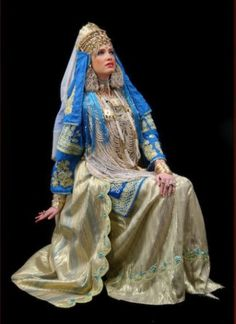 Algerian wedding outfit from Tlemcen called a Chedda (largely denotes the headpiece) Habits Musulmans, Islamic Clothing, Folk Costume, Traditional Dresses, Traditional Wedding, Fashion History, Bridal Dresses, Bride, How To Wear