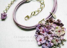 Collar corto con cuero natural, cadena, piezas de Zamak y flores de tela.