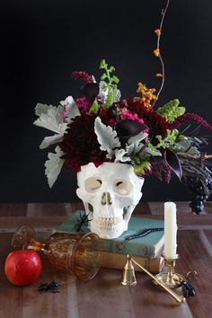 DIY Floral Skull Centerpiece: This flower arrangement is so beautiful, it's scary! Click through to find more cheap and easy ideas for DIY Halloween decorations. Halloween Wedding Centerpieces, Homemade Halloween Decorations, Halloween Table, Floral Centerpieces, Spooky Halloween, Halloween Themes, Halloween Crafts, Halloween Party, Halloween Pumpkins