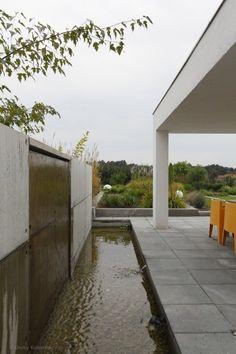 Betonowy taras, taras z betonu, szary taras. Zobacz więcej na: https://www.homify.pl/katalogi-inspiracji/28378/z-jakiego-materialu-zbudowac-taras