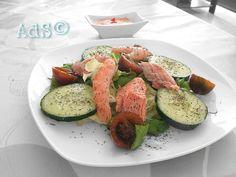 #Hoy #comida #sana con esta #receta de #ensalada al estilo #Mcdonald de los 90   ● INGREDIENTES:  - Lechuga  - Pepino a rodajas  - Cherrys  - Salmón asado desmigado  - Langostinos cocidos pelados  - Salsa Rosa o mil islas...
