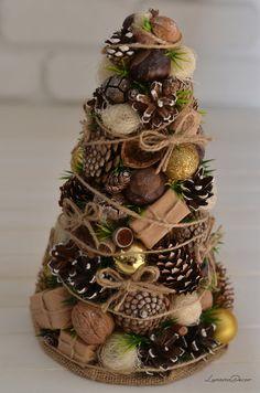 Natural Christmas Tree, Christmas Topiary, Tabletop Christmas Tree, Country Christmas Decorations, Easy Christmas Crafts, Diy Christmas Ornaments, Christmas Projects, Simple Christmas, Christmas Wreaths