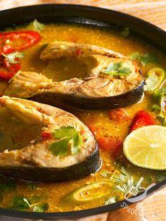 Gustosi e salutari tranci di Palombo in umido, accompagnati da rondelle di peperoni: un piatto dal sapore deciso e velocissimo da preparare.