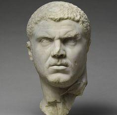 """Busto del Emperador Marco Aurelio """"Caracalla"""". Imagen que muestra el estilo militar del Emperador, cabello rizado recortado, barba incipiente y expresión intensa que le dan un aspecto intimidante y poderoso. MET"""