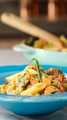 Esse penne cremoso com camarões é perfeito para fazer aquela refeição rápida e fácil durante a semana!