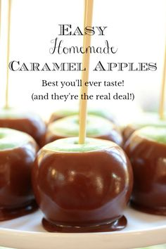 These Easy Homemade Caramel Apples taste a hundred times better than anything you can buy. Make a dozen apples in less than an hour! via The Café Sucre Farine holiday sweets recipes Gourmet Caramel Apples, Caramel Recipes, Candy Recipes, Carmel Apples Homemade, Carmel For Apples, Candy Apples Recipe, Sweets Recipes, Oreo Trifle, Wilton Candy Melts