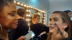 Maquiadora no backstage da Iódice