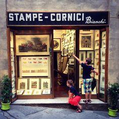 Ik zei het eerder al: zilveren of gouden letters op een zwarte achtergrond werken altijd. Mijn zonen waren dol op deze winkel waar ze postka...