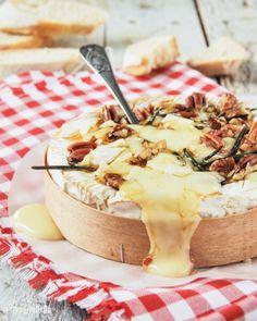 Queso Brie al horno con romero, miel y nueces. L'EXQUISIT