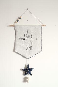 """""""Be brave little one"""" - Fanion en lin et tissu marine étoiles blanches pour les petits indiens en herbe"""