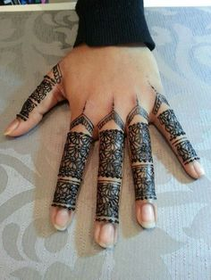 Black henna design on the fingers @TO_BE_BEAUTYLICIOUS