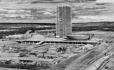 O Congresso Nacional em construção: Brasília foi construída entre 1956 e 1960 para sinalizar, durante o governo de Juscelino Kubitschek, a interiorização do desenvolvimento; foi idealizada pelo urbanista Lucio Costa, e os prédios públicos levam a assinatura de Niemeyer