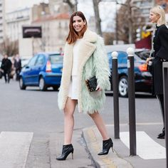 Little mint spot in Paris  De hoje p/ Celine Galliano e Rouland Mouret! | PH: @goncaloasilva #pfw #ootd by camilacoutinho