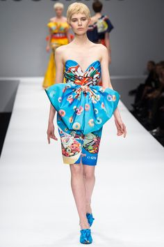 Moschino Fall 2014 Ready-to-Wear Collection - Vogue Fashion Show Themes, Pop Art Fashion, Colorful Fashion, Love Fashion, High Fashion, Fashion Design, Milan Fashion, Womens Fashion, News Fashion