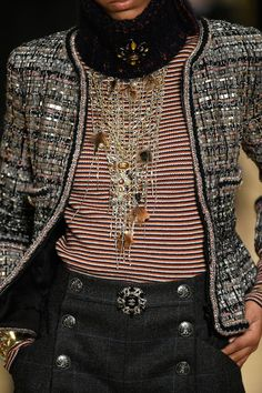 See all the Details photos from Chanel Autumn/Winter 2018 Pre-Fall now on British Vogue Foto Fashion, Fashion 2018, Fashion Week, Fashion Show, Womens Fashion, Fashion Trends, Chanel Jacket Trims, Chanel Style Jacket, Chanel Couture