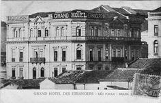 """1902 - Grand Hotel des Etrangers - Rua Líbero Badaró esquina com a rua Miguel Couto. O prédio foi inaugurado em 17/5/1897 com o """"Grande Hotel Bristol"""". Em 1902 o prédio recebeu o """"Grand Hotel des Etrangrer"""", de propriedade de Mme. Maria Filiberti. para receber """" artistas de café-concerto, coristas e bailarinas de companhias líricas e operetas, ou ainda mundanas cariocas que procuravam as boas graças dos comissários de café e argentários de S. Paulo""""."""