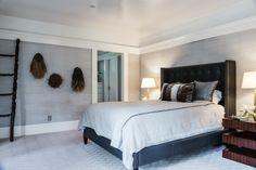 cama grande y escalera decorativa