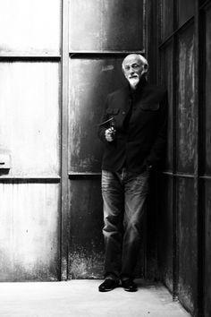 Ross Lovegrove suit une formation en design industriel à l'École polytechnique de Manchester, puis au Royal College of Art de Londres, d'où il est sorti diplômé en 1983. il intégre l'agence Frogdesign comme conseiller en design industriel. Il créé pour Sony des baladeurs ou un ordinateur Apple/ iMac. De 84 à 87 à Paris il travaille chez Knoll International Il reçoit le prix Royal Designer for Industry Award en 2004. Ses créations sont au Design Museum de Londres.