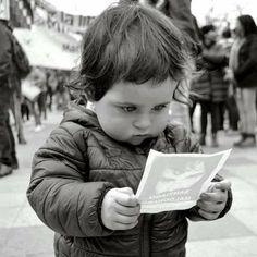 La imagen fue capturada por el fotógrafo marplatense Diego Cabrera durante la marcha por Santiago Maldonado a un mes de su desaparición. Sin embargo cobró notoriedad cuando se cumplieron los dos meses de reclamo por la aparición con vida. Ahora es famosa en las redes. Conocé la historia detrás del retrato.